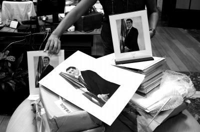 IRUDI BAKAR.UNA EMPRESA BARCELONESA APROVECHA EL DERROCHE DE LAS ARCAS PÚBLICAS POR PARTE DEL PSE E INUNDA LAS INSTITUCIONES VASCAS DE FOTOS OFICIALES DE PATXI LOPEZ TRAS CUATRO MESES DE PODER