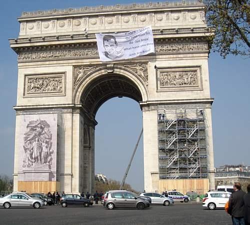 ARGAZKI EGUNA.Cae del Arco del Triunfo de París un joven que participaba en una protesta por la muerte de Anza,mientras se detiene a David Plà al considerarle