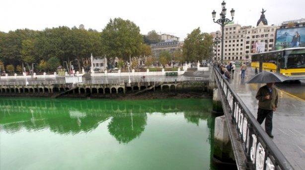 USTED ESTÁ ACREDITADO.Idiotas pintando de verde los rios de Bizkaia y Gipuzkoa