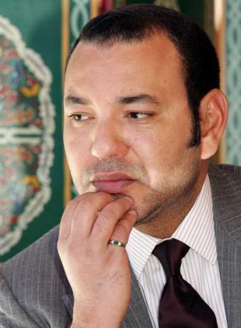 ORAIN TXOSTENA:Mohamed VI,errege hiltzailea Sahara aurka.Marokoko armadak hainbat saharar hil ditu Gdaim Izik kanpalekuan, eta hori txikitu ondoren, Aaiunen ari da sahararrei tiro egiten.