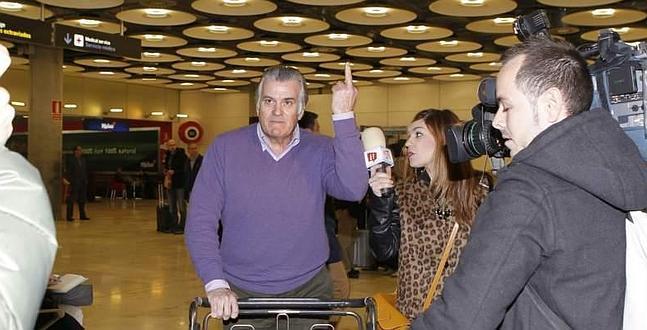 BARREBUSA.Bárcenas llega al aeropuerto y saluda con una peineta a la prensa///Komentariok gabe...
