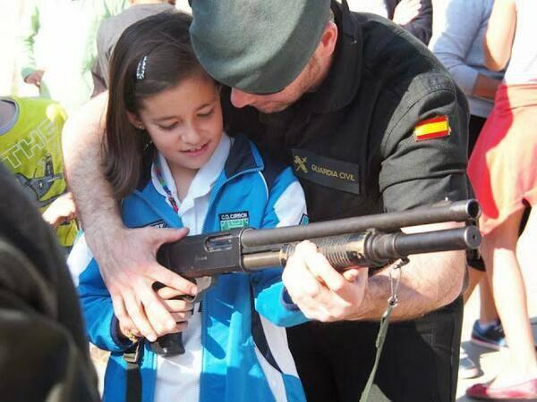 BARREBUSA.La Guardia Civil enseña su potencial y armamento a los niños de las escuelas de Nafarroa///Tontos no,lo siguiente...escuela pacifica...si,si...