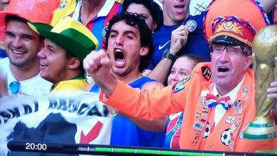 BARREBUSA.El primer gol holandés en el 1-5 contra España en el primer partido del Mundial de Brasil es celebrado con una bandera en favor de los presos políticos vascos///Héroe,héroe,orain,bai.
